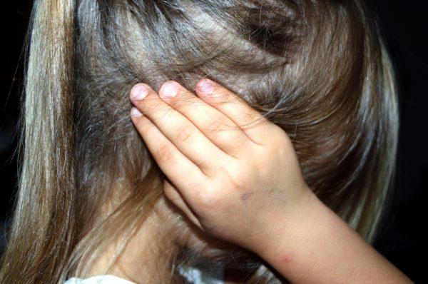 niña con dolor de oidos por Otitis Media Aguda
